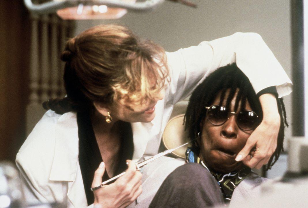 Bernice (Whoopi Goldberg, r.) hält offensichtlich nicht viel von Zahnbehandlungen, doch dann macht ihr Dr. Cynthia Sheldrake (Leslie Ann Warren, l.... - Bildquelle: Warner Bros.