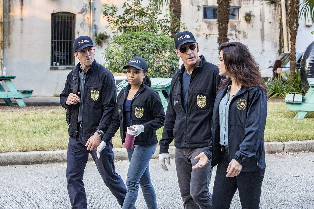 Das NCIS-Team LaSalle (Lucas Black, l.), Percy (Shalita Grand, 2.v.l.), Pride (Scott Bakula, 2.v.r.) und Gregorio (Vanessa Ferlito, r.) untersuchen... - Bildquelle: Skip Bolen 2016 CBS Broadcasting, Inc. All Rights Reserved / Skip Bolen