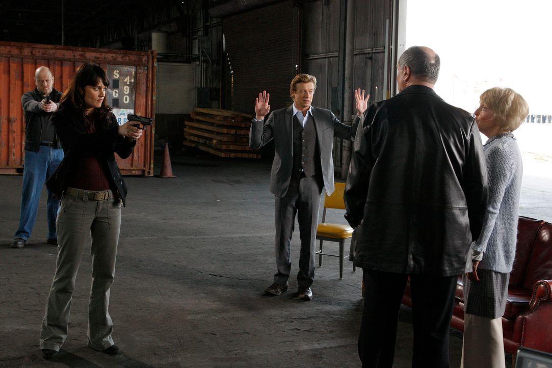 Bei den Ermittlungen eines neuen Mordfalles stoßen Teresa (Robin Tunney, 2.v.l.) und Patrick (Simon Baker, M.) auf Hank (John Kapelos, 2.v.r.) und A... - Bildquelle: Warner Bros. Television