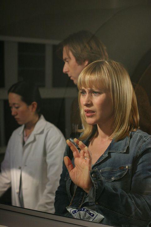 Allison (Patricia Arquette, r.) muss zur Kernspintomographie und wird von Joe (Jake Weber, M.) begleitet. Mister Saunders, ein Patient, der in der r... - Bildquelle: Paramount Network Television