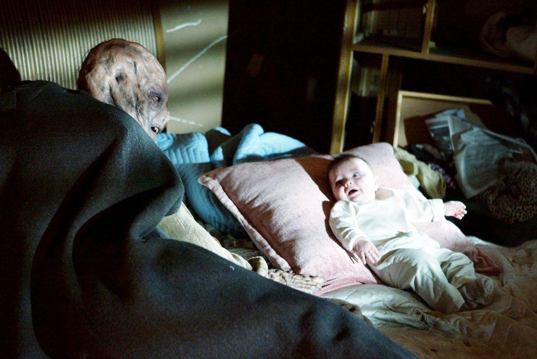 Während der Gefangenschaft lernt Piper dieses Wesen besser kennen und entwickelt sogar eine gewisse Sympathie dafür. Es ist der Vater des Babys, ein... - Bildquelle: Paramount Pictures.