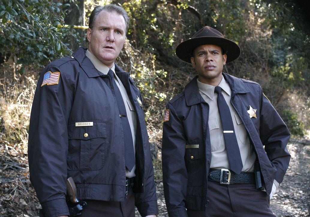 Hollen sich von BAU-Team Unterstützung: Sheriff Bridges (Michael McGrady, l.) und Deputy Harris (Chris Butler, r.) ... - Bildquelle: Touchstone Television