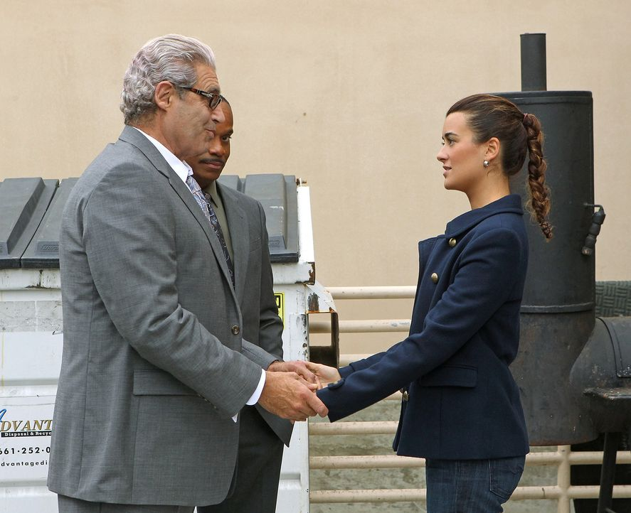 Zivas (Cote de Pablo, r.) Vater (Michael Nouri, l.) taucht plötzlich auf und das Team erfährt, dass er heimlich zu einer Konferenz hochrangiger NCIS... - Bildquelle: CBS Television
