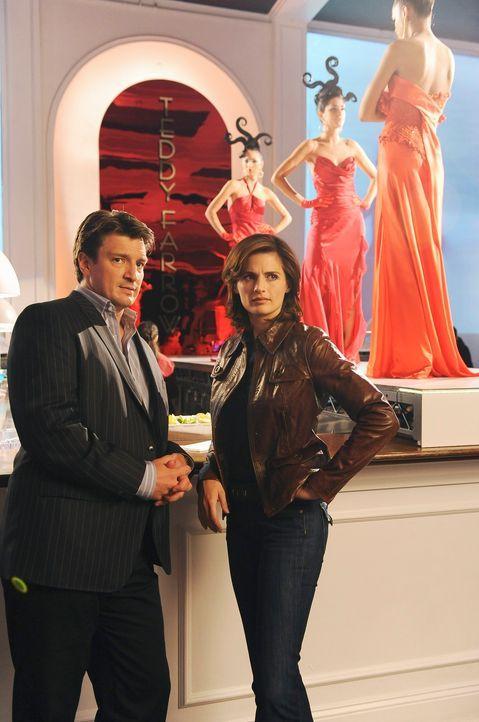 Beckett (Stana Katic, r.) und Richard Castle (Nathan Fillion, l.) stellen fest, dass die Modebranche zwar Trauer um die ermordete Jenna heuchelt, ab... - Bildquelle: ABC Studios