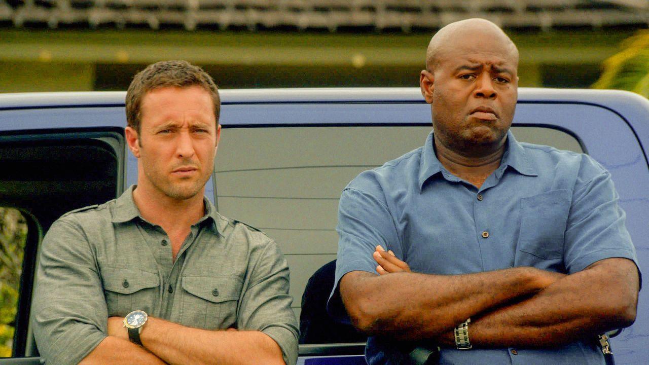 Steve (Alex O'Loughlin, l.) unterstützt Captain Grover (Chi McBride, r.) bei der Suche nach einem verschwundenen Freund, während Kono weiter nach Ad... - Bildquelle: 2013 CBS BROADCASTING INC. All Rights Reserved.