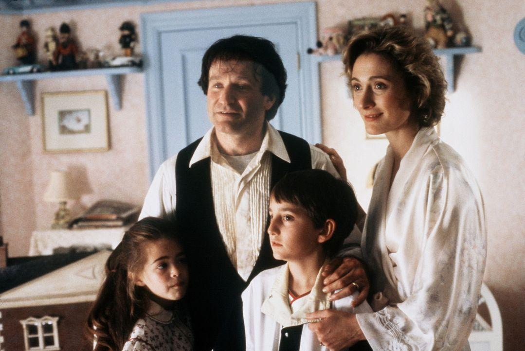 40 Jahre sind vergangen. Aus Peter Pan wurde der erfolgreiche Rechtsanwalt Peter Banning (Robin Williams, 2.v.l.). Er hat alles vergessen. Und für... - Bildquelle: Copyright   1991 TriStar Pictures, Inc. All Rights Reserved.
