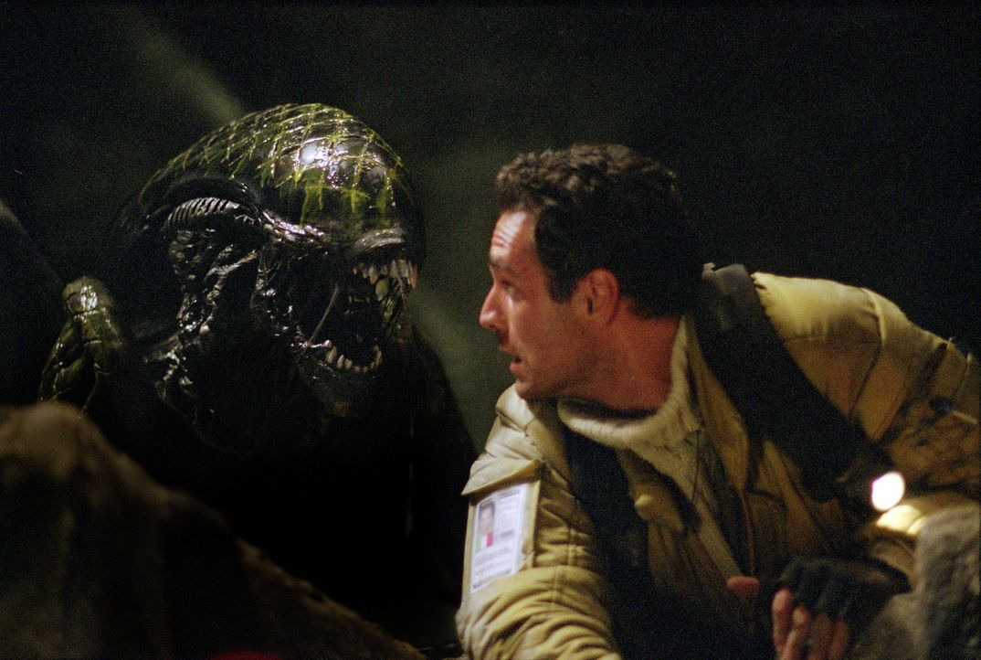Am Südpol, 600 Meter unter dem Eis, muss der  Archäologe Sebastian (Raoul Bova) gegen blutrünstige Aliens antreten, die ihn als Brutstätte ihres Nac... - Bildquelle: 2004 Twentieth Century Fox Film Corporation. All rights reserved.