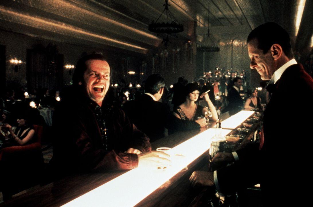 Jack (Jack Nicholson, l.) feiert mit den Gästen, die allerdings nur in seinem Kopf existieren, an der Hotelbar ... - Bildquelle: Warner Bros.