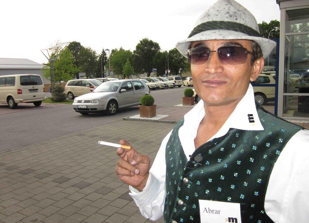 Der indische Job-Tauscher Abrar genießt zwar den Komfort der Mercedestaxis und den luxuriösen Platz auf den Straßen der deutschen Kleinstadt, abe... - Bildquelle: kabel eins