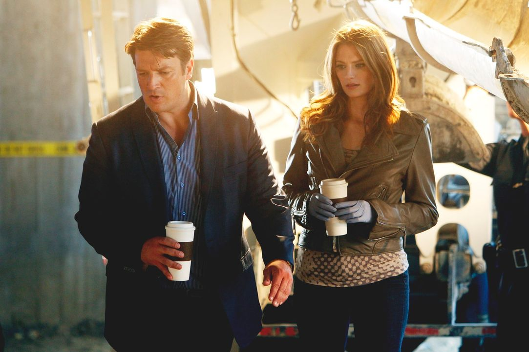 Der Anblick der sich Richard Castle (Nathan Fillion, l.) und Kate Beckett (Stana Katic, r.) am Tatort bietet, macht die beiden sprachlos ... - Bildquelle: 2011 American Broadcasting Companies, Inc. All rights reserved.