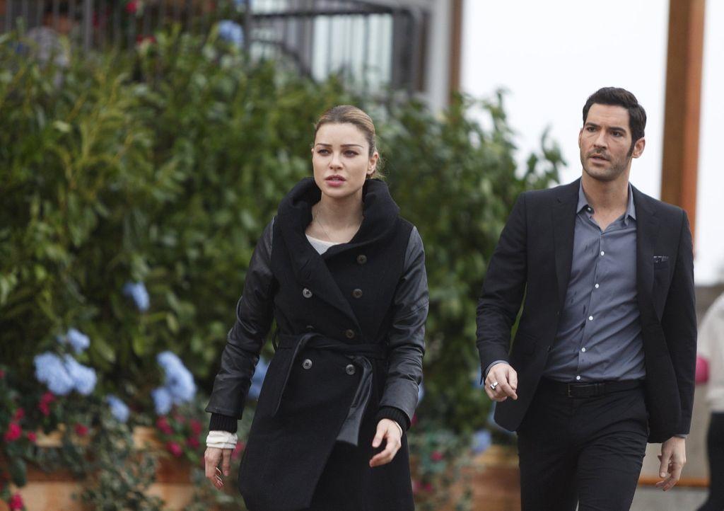 Nachdem Chloe (Lauren German, l.) Lucifer (Tom Ellis, r.) von einem Tatort verbannt hat, erkennt er, dass ein Mann im großen Stil seine Identität ge... - Bildquelle: 2016 Warner Brothers
