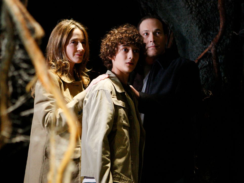 Die Geister von Daniel (Masam Holden, M.) und seinen Eltern (Anne Ramsay, l. und Javi Mulero, r.) sind in einem Tunnelsystem, das unter Melindas Lad... - Bildquelle: ABC Studios