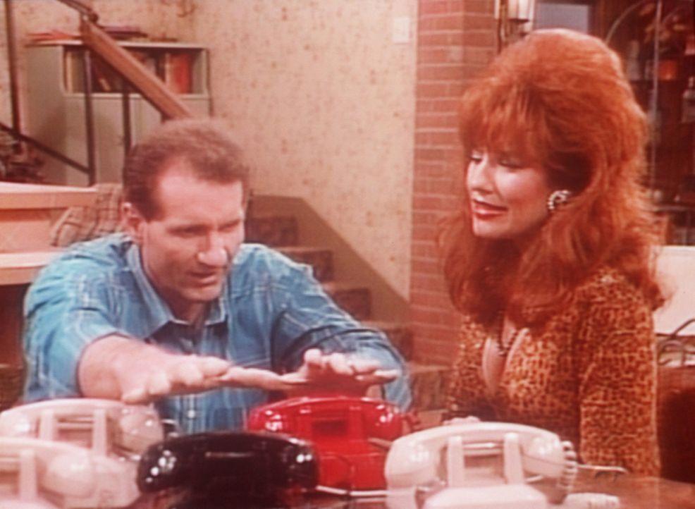 Al (Ed O'Neill, l.) rechnet fest damit, dass sein Schuh-Notrufservice besonders gut laufen wird. Peggy (Katey Sagal, r.) dagegen hat ihre Zweifel. - Bildquelle: Columbia Pictures