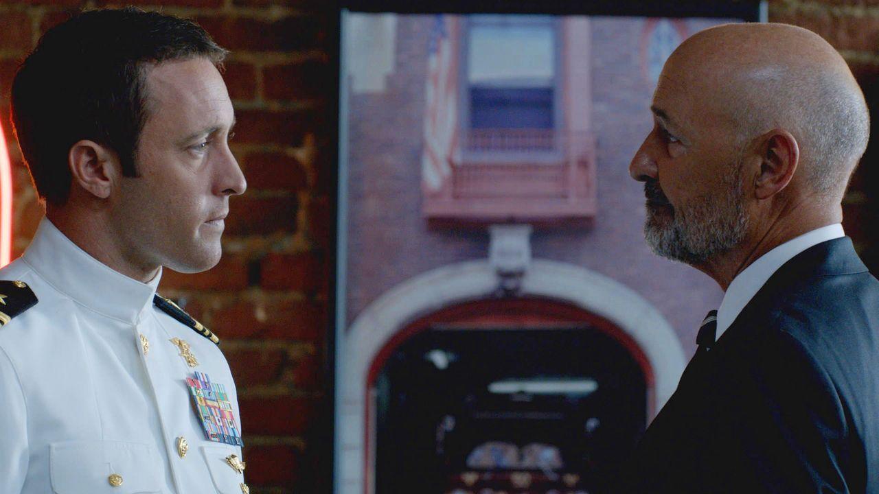Joe White (Terry O'Quinn, r.) hat neue Informationen über Steves (Alex O'Loughlin, l.) Mutter für ihn ... - Bildquelle: 2013 CBS BROADCASTING INC. All Rights Reserved.