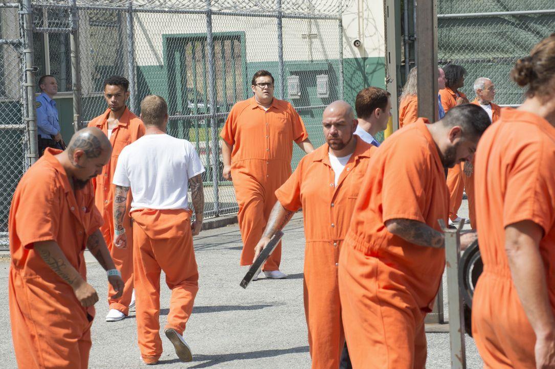 Um das Leben dreier Richter zu retten, geht Sylvester (Ari Stidham, M.) sogar ins Gefängnis. Nicht ohne Folgen? - Bildquelle: Neil Jacobs 2015 CBS Broadcasting, Inc. All Rights Reserved. / Neil Jacobs
