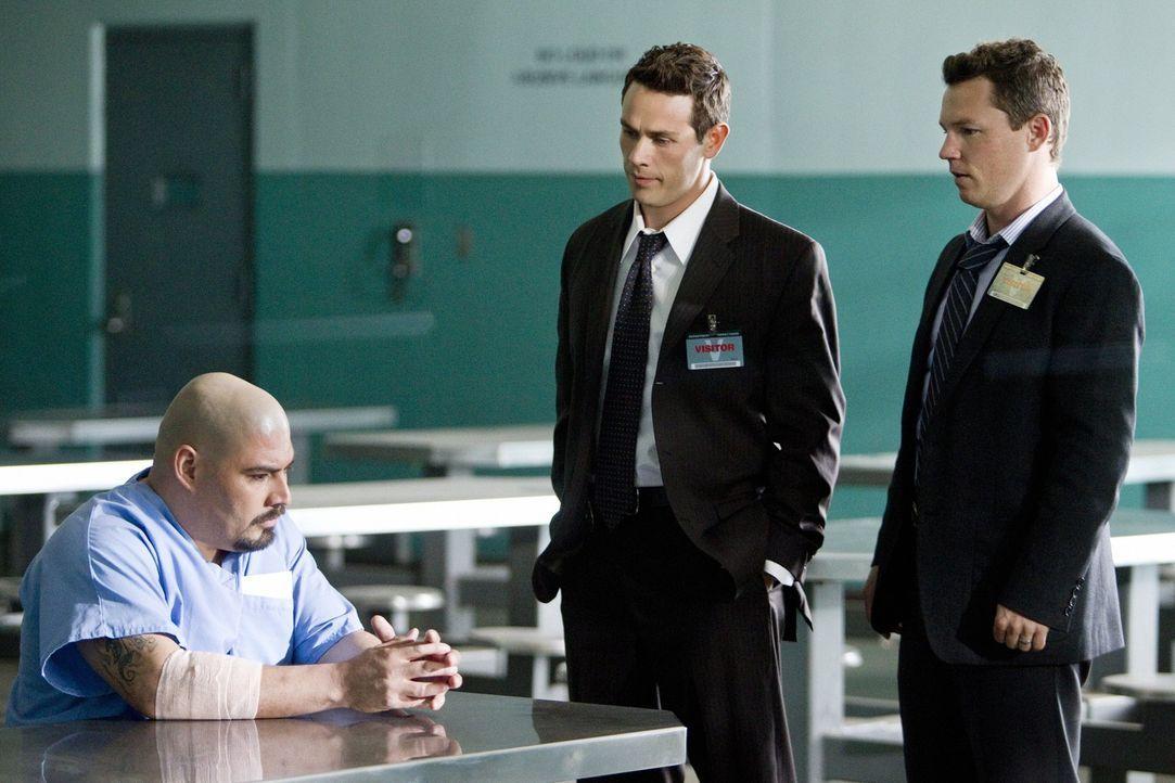 Detective Nate Moretta (Kevin Alejandro, M.) und Detective Sammy Bryant (Shawn Hatosy, r.) versuchen über Orlando Ayala (William Rocha, l.) an Info...