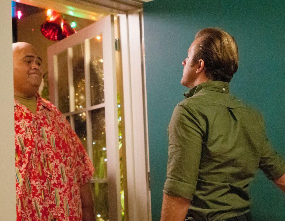 Nach getaner Arbeit, wollen die Freunde Weihnachten zusammen verbringen: Danny (Scott Caan, r.) und Kamekona (Taylor Wily, l.) ... - Bildquelle: 2014 CBS Broadcasting Inc. All Rights Reserved.