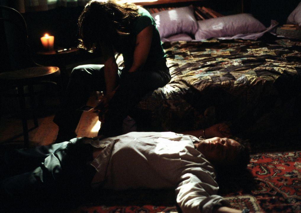 Ausgetrickst: Lila Colleti (Gina Gershon, knieend) und Borderliner Ed Baikman (Sean Patrick Flanery, liegend) ... - Bildquelle: ApolloMedia