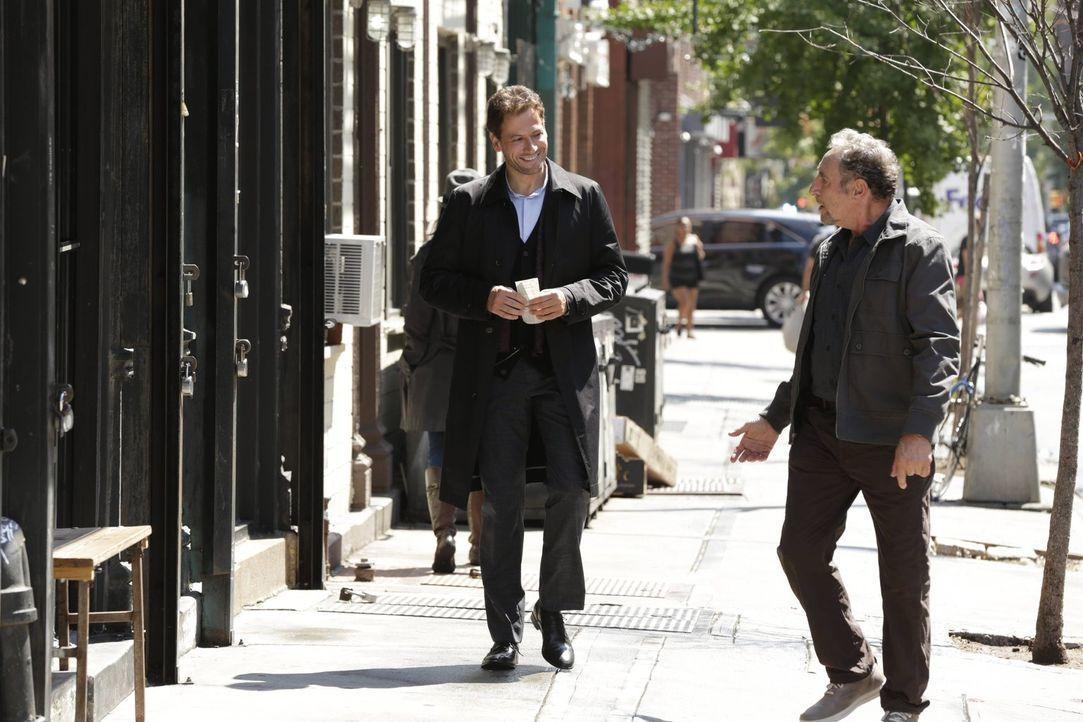Kann Henry (Ioan Gruffudd, l.) Abe (Judd Hirsch, r.) davon abhalten, das Wundermittel, das angeblich die Menschen wieder jung machen soll, zu testen? - Bildquelle: Warner Brothers