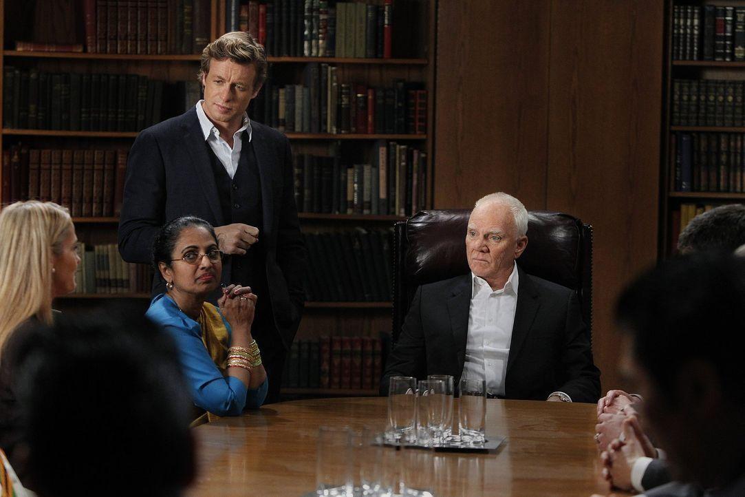 Als der Kopf einer Anti-Sektenorganisation getötet wird, trifft Patrick (Simon Baker, hinten l.) erneut auf seinen alten Feind, den Sektenführer Bre... - Bildquelle: Warner Bros. Television