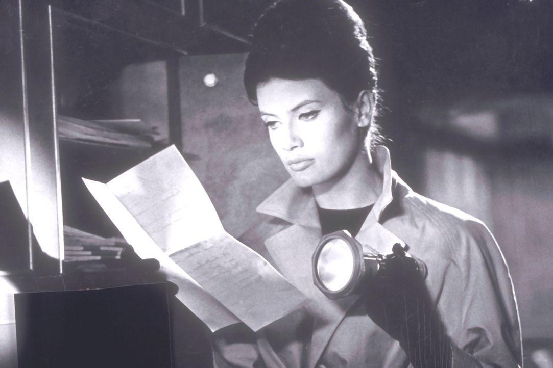 Die Sekretärin Lilian (Marisa Mell) entdeckt einen Brief, in dem eine Verbrecherbande von ihrem Arbeitgeber Schutzgeld erpresst ... - Bildquelle: Constantin Film