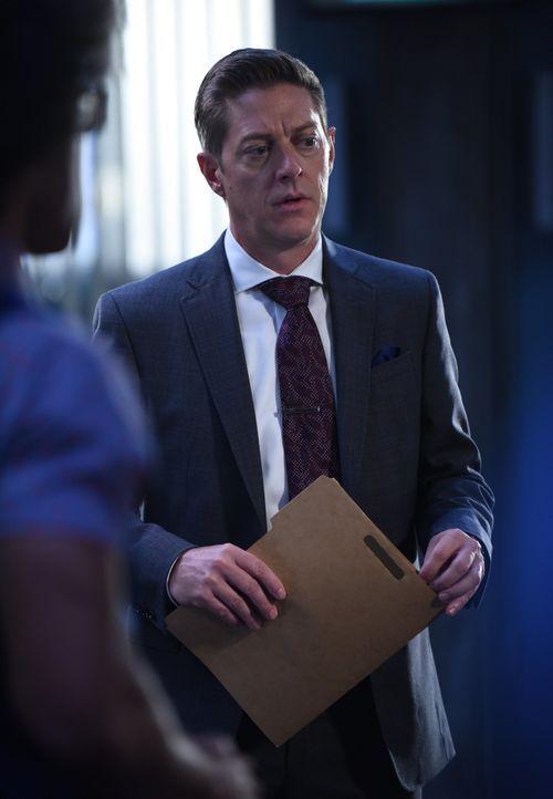 Nachdem er vom FBI informiert wurde, dass der Tote ein Mafia-Mitglied war, übergibt Avery (Kevin Rahm) den Fall an Murtaugh und Riggs. Auf die beide... - Bildquelle: Warner Brothers