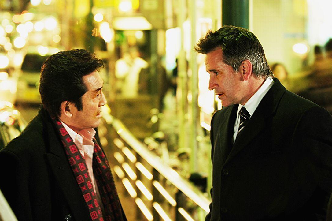 Jack (Anthony LaPaglia, r.) ist auf der Suche nach einem Vergewaltiger, doch hat Asakawa (Hiroki Matsukata, l.) etwas damit zu tun? - Bildquelle: Warner Bros. Entertainment Inc.