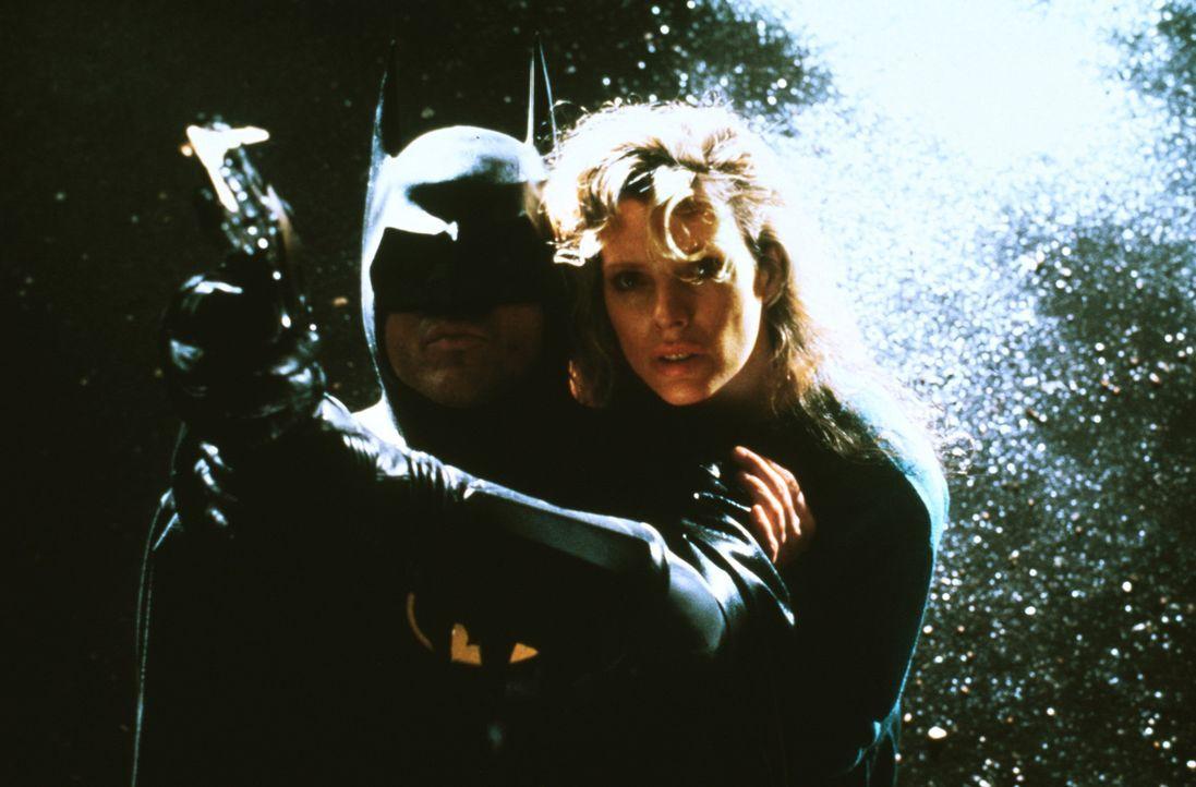 Vicki Vale (Kim Basinger, r.) und ihr Retter Batman (Michael Keaton, l.) ... - Bildquelle: Warner Bros.