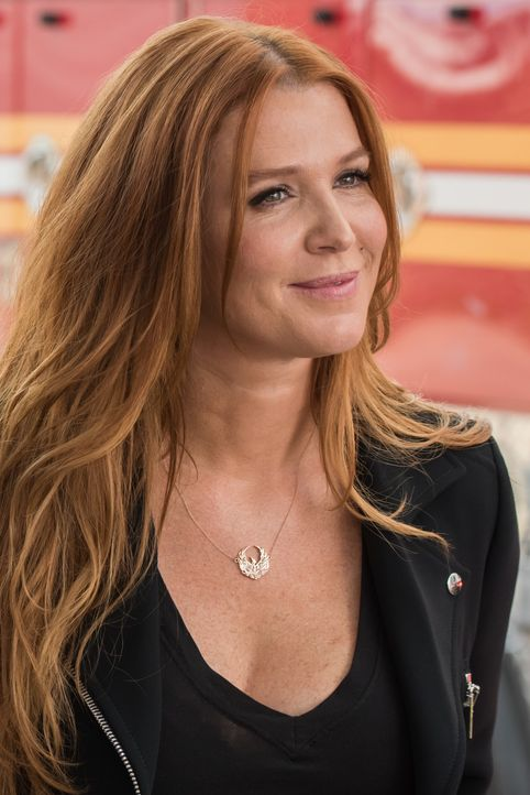 Auf dem Videomaterial, das das Mordopfer hinterließ, entdeckt Carrie (Poppy Montgomery)  ein wichtiges Detail - findet sie so den Mörder? - Bildquelle: Jeff Neumann 2015, 2016 Sony Pictures Television Inc. All Rights Reserved. / Jeff Neumann