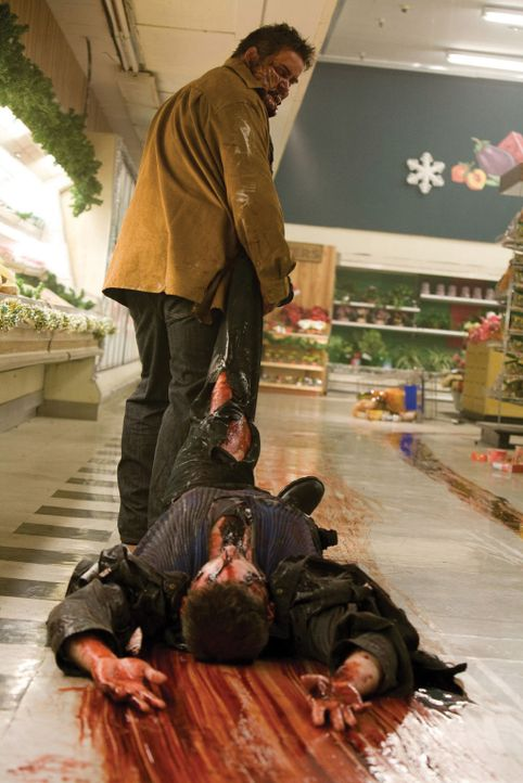Frischfleisch für den Kühlraum: Der von Alien besetzte Chambers (Keith Hudson, stehend) kann einen der Alienjäger (Tom Kiesche) töten, doch sein Glü... - Bildquelle: 2007 Warner Bros. Entertainment INC.