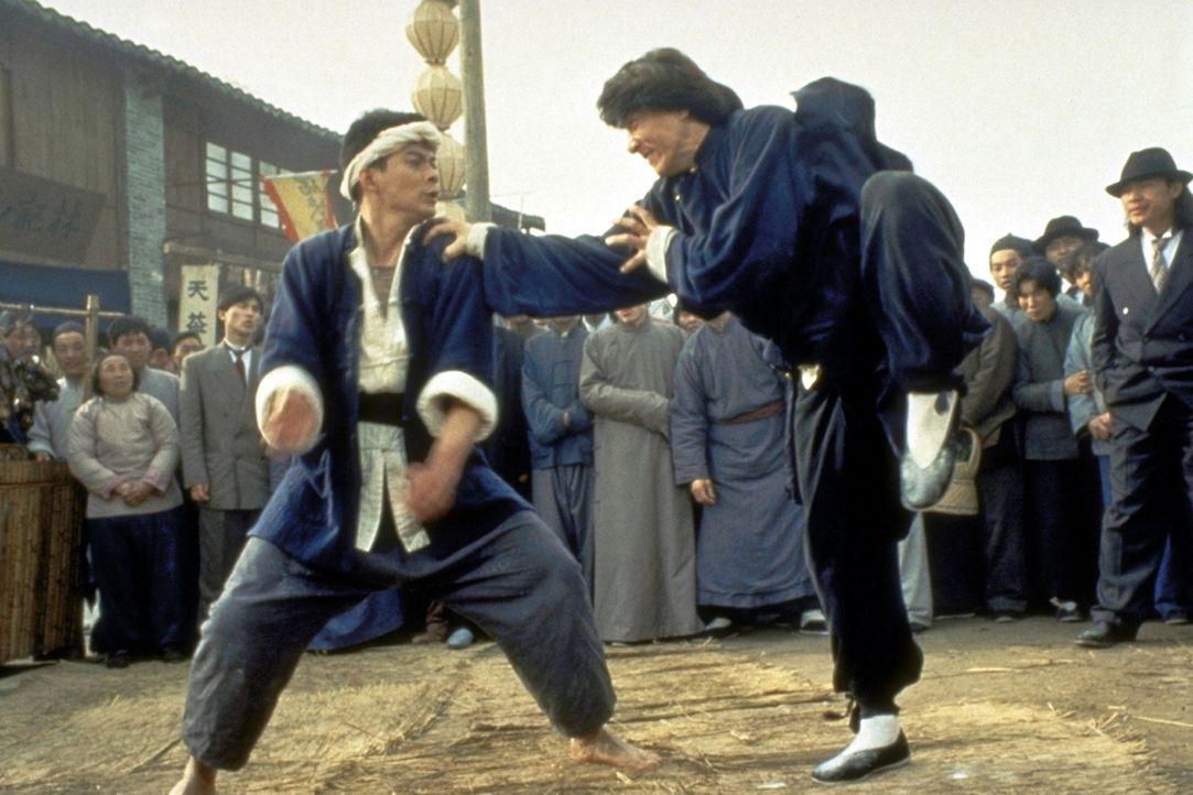 Eigentlich wollte Wong Fei-Hong (Jackie Chan, r.) nur eine Ginseng-Wurzel durch den Zoll schmuggeln, aber dann bekommt er es mit professionellen Kun... - Bildquelle: Miramax Films