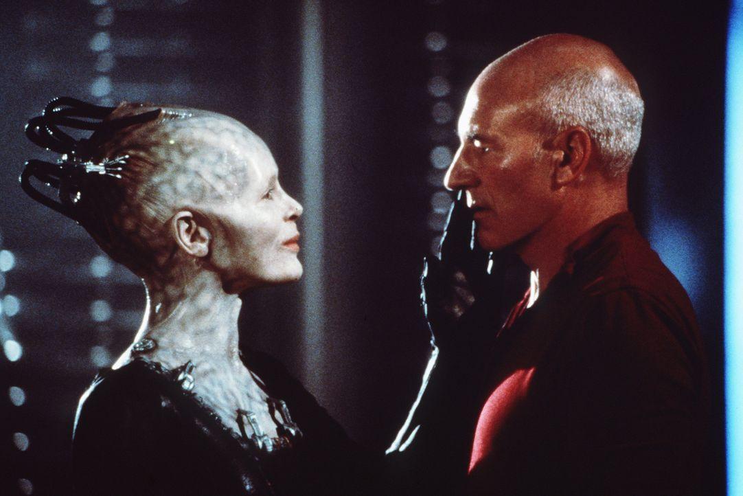 Die Borg-Königin (Alice Krige, l.) begrüßt Picard (Patrick Stewart, r.), nachdem die Borg die Enterprise geentert haben ... - Bildquelle: Paramount Pictures