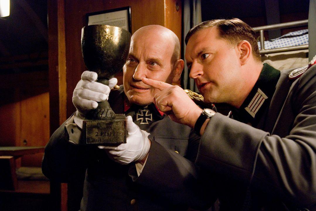 Niemand ahnt, dass sich General Strasser (Jürgen Schornagel, l.) und Leutnant Block (Christian Kahrmann, r.) mit dem Heiligen Gral nach Buenos Aires...