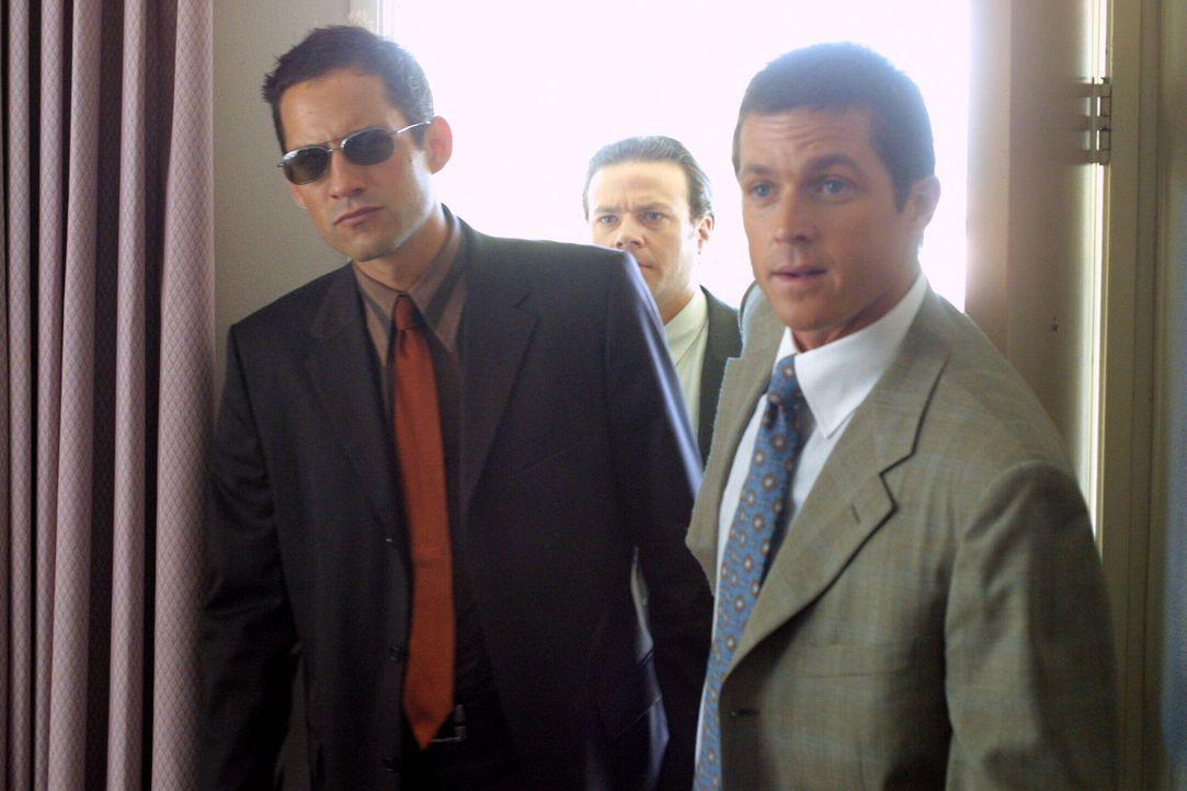 Martin Fitzgerald (Eric Close, r.), Danny Taylor (Enrique Murciano, l.) und ein ND Agent (Eric Scott Gould, M.) statten dem Verdächtigen einen Besuc... - Bildquelle: Warner Bros. Entertainment Inc.