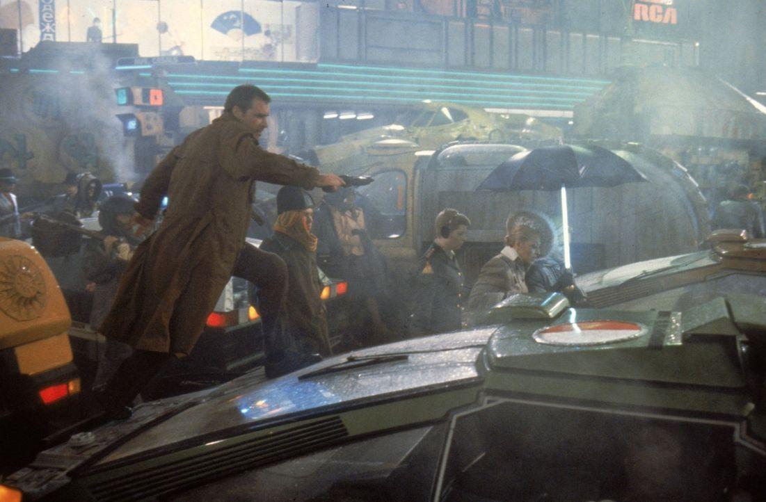 Los Angeles 2019: Rebellierende Replikanten sind im Dickicht der Megastadt untergetaucht. Replikantenjäger Deckard (Harrison Ford, l.) soll den Aufs... - Bildquelle: Warner Bros.