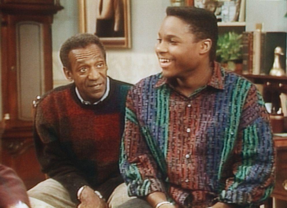 Cliff (Bill Cosby, l.) erzählt Theo (Malcolm-Jamal Warner, r.) vom großen Friedensmarsch nach Washington. - Bildquelle: Viacom
