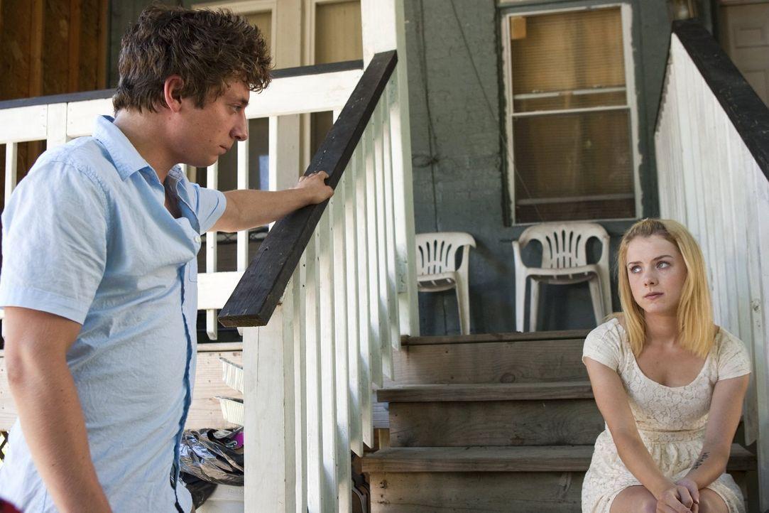 Da Lip (Jeremy Allen White, l.) nicht von Karen (Laura Wiggins, r.) loslassen kann, versucht sie den Kontakt einzuschränken ... - Bildquelle: 2010 Warner Brothers