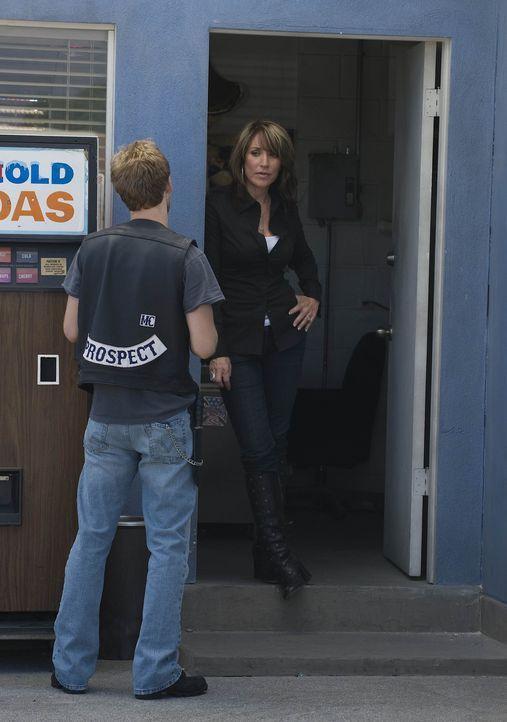 """Kip """"Half Sack"""" Epps (Johnny Lewis, l.) versucht immer wieder, bei Gemma (Katey Sagal, r.) zu landen ... - Bildquelle: 2008 FX Networks, LLC. All rights reserved."""