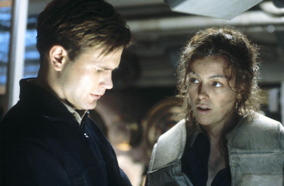 Captain Douglas O'Dell (Matthew Davis, l.) weiß, dass eine Frau an Bord - laut einer Marineweisheit - Unglück bringt. Trotzdem nimmt er natürlich... - Bildquelle: Dimension Films