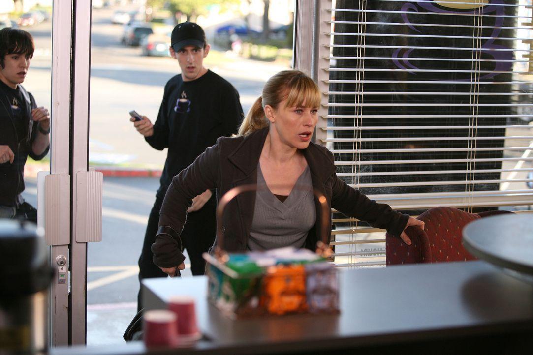 """Alison (Patricia Arquette, r.) hat die Scheibe des """"Coffee Palace"""" eingeschlagen, wo sie eine entsetzliche Entdeckung macht … - Bildquelle: Paramount Network Television"""