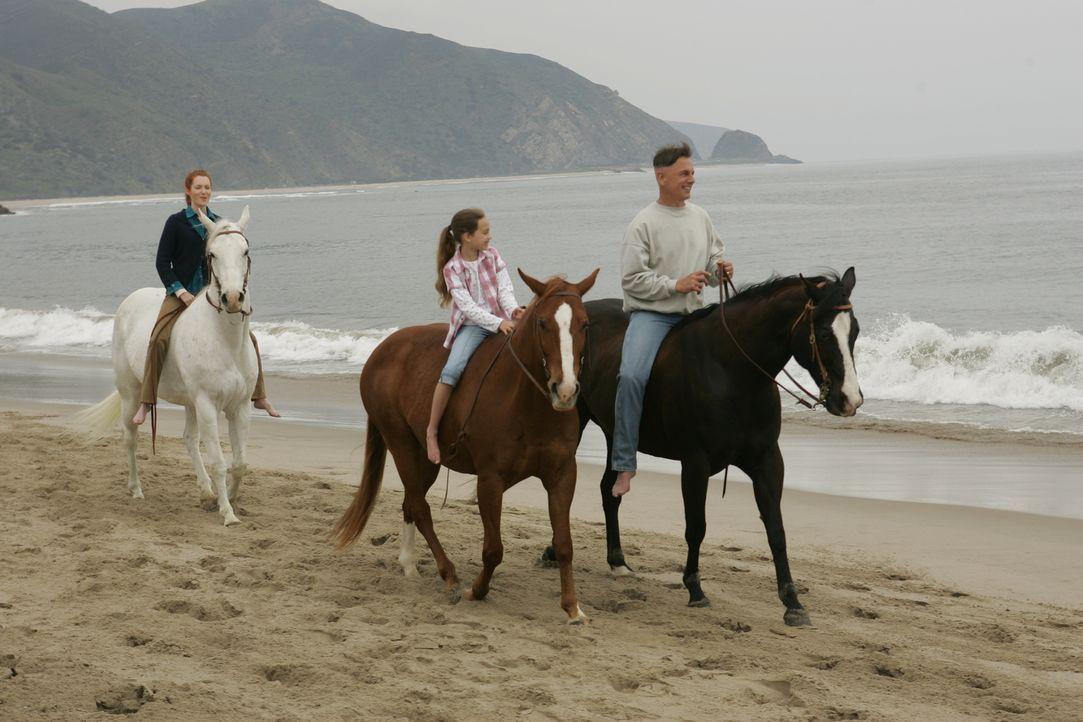 Während sein Team um sein Leben bangt, träumt Gibbs (Mark Harmon, r.) von seiner ersten Frau Shannon (Darby Stanchfield, l.) und seiner Tochter Kell... - Bildquelle: CBS Television