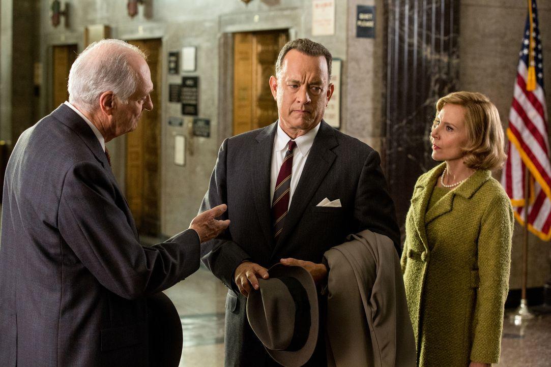 Anwalt James Donovan (Tom Hanks, M.) und seine Frau Mary (Amy Ryan, r.) müssen hautnah erleben, dass die Verteidigung eines russischen Agenten von v... - Bildquelle: DreamWorks II Distribution Co., LLC and Twentieth Century Fox Film Corporation. All Rights Reserved.