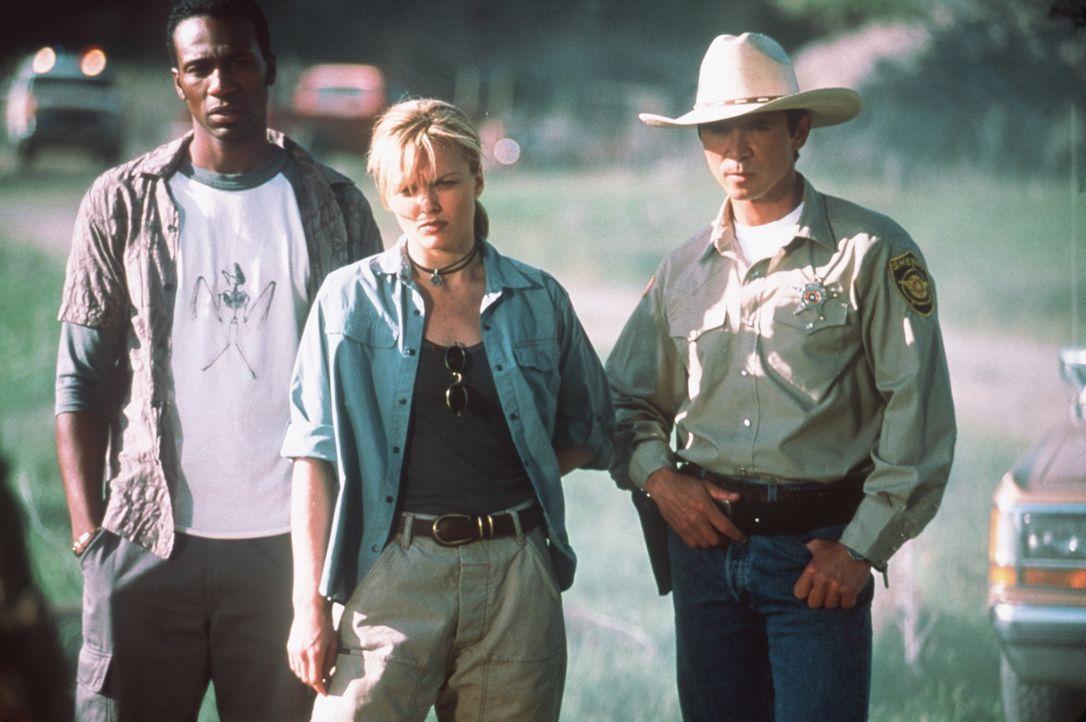 Der Tierexperte Jimmy (Léon, l.), die Zoologin Sheila (Dina Meyer, M.) und Sheriff Emmett Kimsey (Lou Diamond Phillips, r.) stehen vor einem blutige... - Bildquelle: COLUMBIA TRISTAR INTERNATIONAL TELEVISION