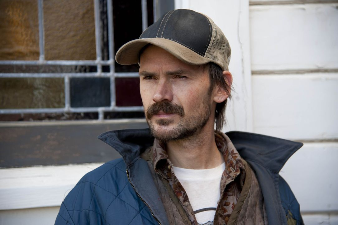 "Dickie Bennett (Jeremy Davies) hat seine eigene Methode, die Leute von Harlan davon zu überzeugen, ihre Grundstücke nicht an die Firma ""Black Pike... - Bildquelle: 2011 Sony Pictures Television Inc. and Bluebush Productions, LLC. All Rights Reserved."