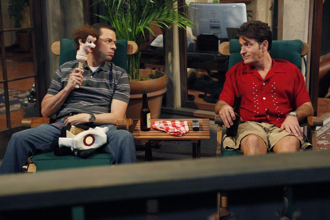 Schmieden einen Plan, wie sie wieder Herr im Haus werden könnten: Alan (Jon Cryer, l.) und Charlie (Charlie Sheen, r.) ... - Bildquelle: Warner Bros. Television