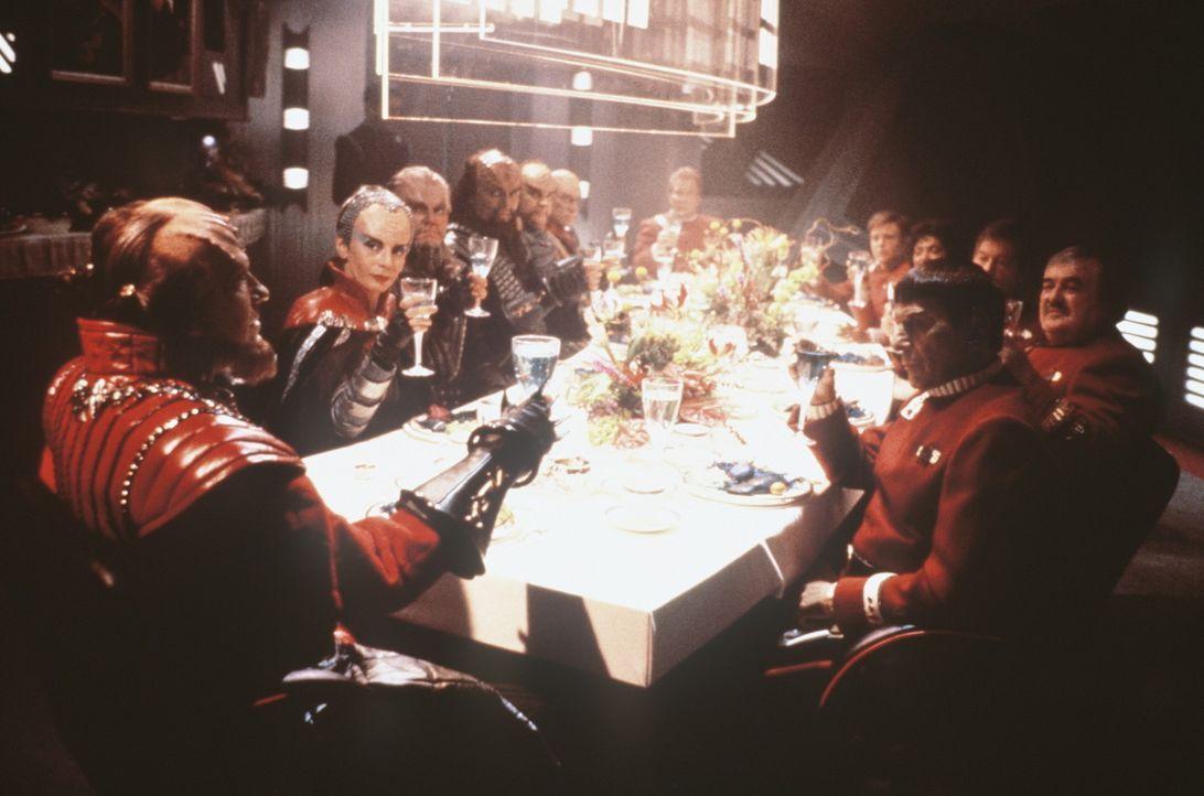 Die Klingonen mit ihrem Kanzler Gorkon (David Warner, l.) auf der ?Enterprise?. Sie trinken auf das unentdeckte Land ? die Zukunft. - Bildquelle: Paramount Pictures