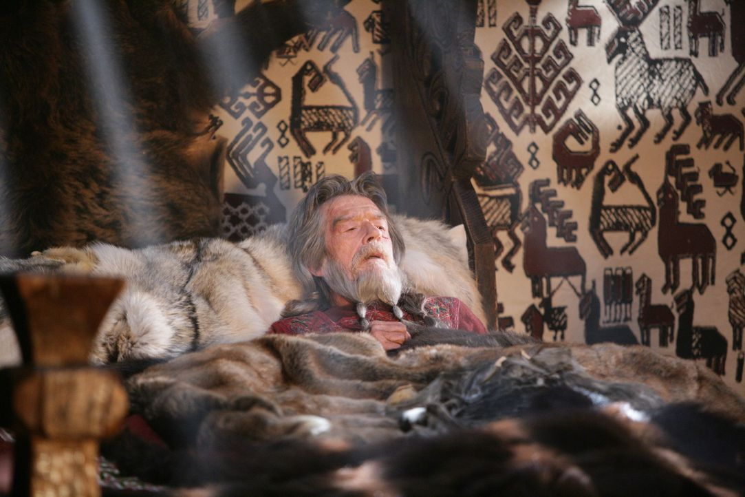 Nach dem Tod seines Sohnes ernennt der sterbende König Rothgar (John Hurt) Kainan zu seinem Nachfolger. Doch dieser hat nach wie vor den Traum, auf... - Bildquelle: Telepool