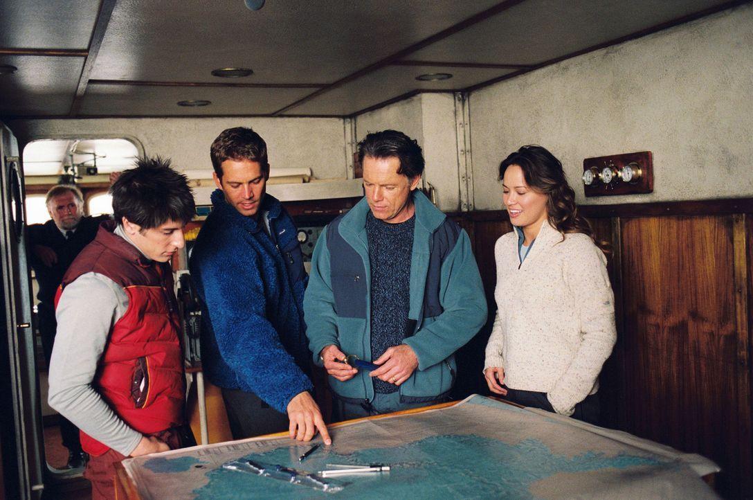 Begeben sich mit acht Huskies auf eine gefährliche Expedition im ewigen Eis der Antarktis: Jerry Shepard (Paul Walker, 2.v.l.), sein bester Freund... - Bildquelle: Chris Large Walt Disney Pictures. All rights reserved.