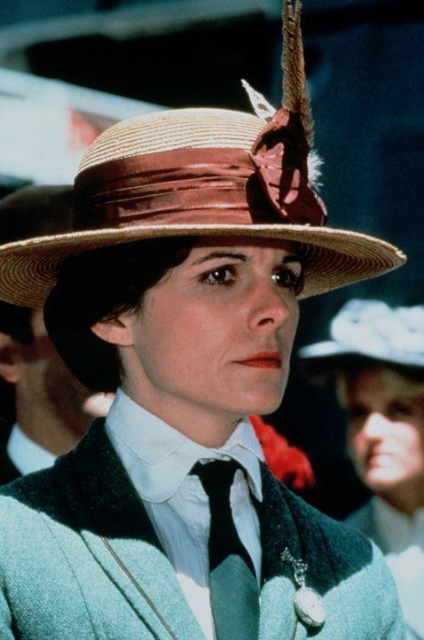 Die Lehrerin Leigh Goodwin (Susan Saint James) betrachtet etwas skeptisch die als unsinkbar geltende Titanic ... - Bildquelle: American Broadcasting Company