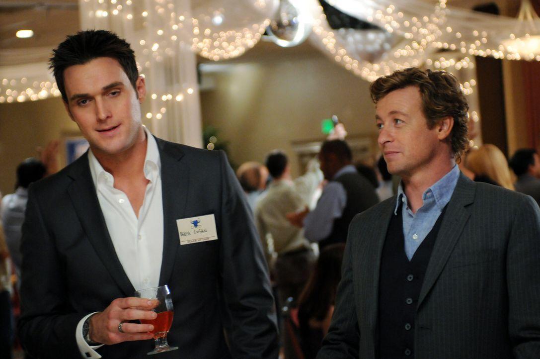 Ein neuer Mordfall beschäftigt Patrick (Simon Baker, r.) und Wayne (Owain Yeoman, l.) ... - Bildquelle: Warner Bros. Television